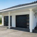 Med en garasjeport fra Fasadeprodukter kan du velge farge og utforming slik at porten passer perfekt til din bolig eller garasje.
