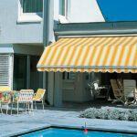 Elegant Marcesa terrassemarkise - Fasadeprodukter AS - ved bassenget