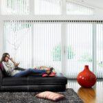 Lamellgardiner i stue over veldig store vinduer