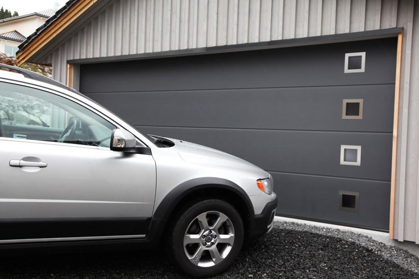 graa-garasjeport-med-bil-fra-Fasadeprodukter-A-ingress-boks