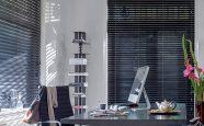 Aluminiumspersienner på kontoret fungerer meget godt som solskjerming