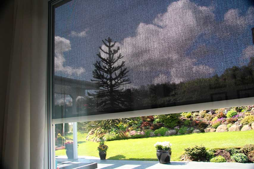 utvendig solskjerming med screen, sett fra innsiden av vinduet
